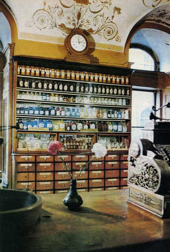 Експозиція торгового залу аптеки-музею «Під чорним орлом» у Львові