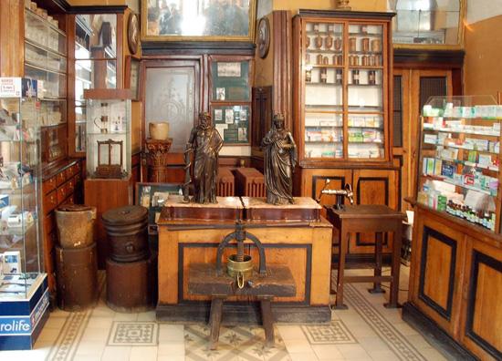 Торговий зал аптеки-музея «Під чорним орлом» у Львові. Статуї Асклепія та Гігіеї